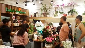 消費者在花店排隊購買情人節花卉。