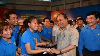 """圖為政府總理阮春福在去年舉行的""""工人月""""與中部工人會晤。(圖源:K.An)"""