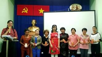 市婦聯會向家境貧困的華人婦女贈送禮物及紅包。