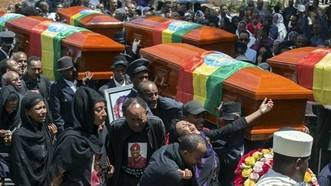 為空棺送行的死者家屬表現哀傷。(圖源:AP)
