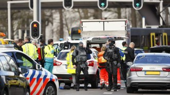 荷蘭烏得勒支槍擊案:圖為3月18日警員及救援人員在案發後來到名為24 Oktoberplace的車站展開調查及救援工作。(圖源:AFP)