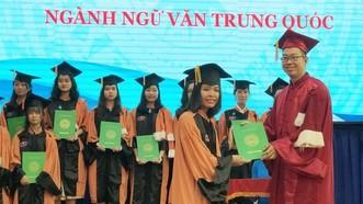 中國語文學系副主任張家權頒發畢業證書。
