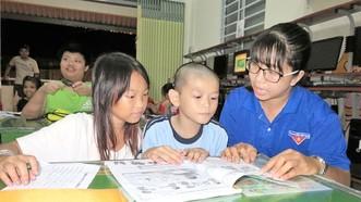 第四郡第五坊共青團書記蘇芳草教貧困學生學習英語。