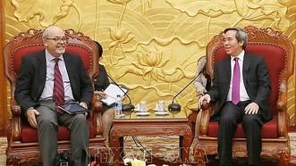 中央經濟部長阮文平(右)接見IMF亞-太司第四條文團長亞歷克斯‧莫穆拉斯。(圖源:越通社)