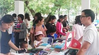 家長與小朋友購買書籍。(圖源:范輝)