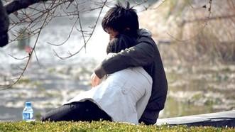 年輕人公然在公共場所秀恩愛。(示意圖)