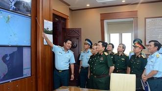 國防部長吳春歷大將視察國防部所屬越南直升機總公司的18兵團司令部。(圖源:維同)