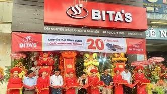 Bita's在芹苴市寧喬郡會安坊舉行平新鞋品專售店開張儀式。