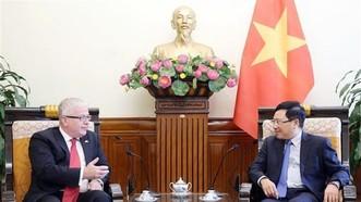 政府副總理、外交部長范平明(右)接見工作任期屆滿前來辭行拜會的澳大利亞大使克雷格‧奇蒂克。(圖源:越通社)