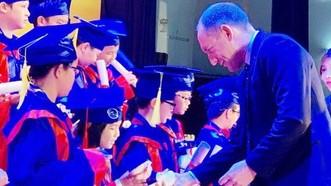 越澳英語學校校委會代表向考取好成績的華人學生頒獎。