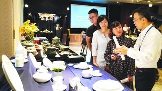 明隆一公司副總經理李輝創介紹獲獎 的 Gastroline 高級瓷器餐具。