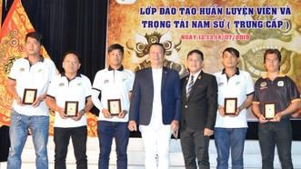 徐梓衡與劉劍昌兩位師傅向5位出色學員頒獎。