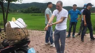 涉嫌殺人案嫌犯王文雄被押返命案現場進行案件重演。(圖源:越快訊)