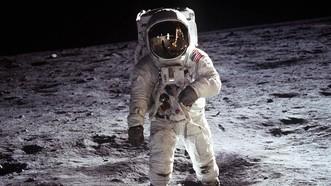 1969年7月20日,阿波羅11號首次成功登月。指令長、美國宇航員尼爾·阿姆斯特朗在月球表面行走。(圖源:美國宇航局)