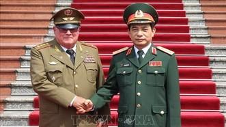 國防部副部長潘文江上將(右)與古巴革命武裝力量部第一副部長米耶拉上將會晤時握手合照。(圖源:越通社)