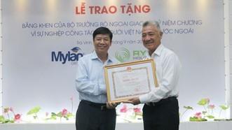 外交部副部長阮國強向阮清美博士(右)頒授政府副總理、外交部長范平明的獎狀。(圖源:越通社)