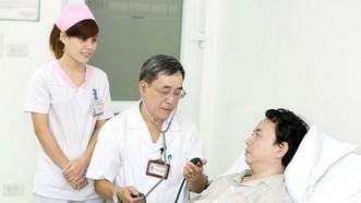 醫護人員為病人提供周到服務。(圖源:衛生部)