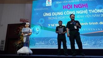 外貌酷似美貌女護士機器人阿芯(左)在回答出席者的提問。(圖源:黃祿)