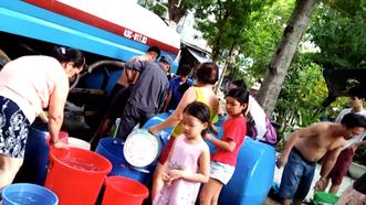 Người dân hứng nước tại các điểm cấp nước tạm