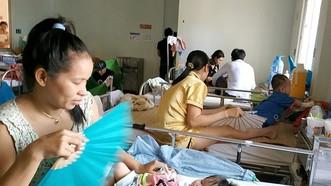 Bệnh nhi mắc sởi đang điều trị tại Bệnh viện Nhi đồng 2. Ảnh: THÀNH AN