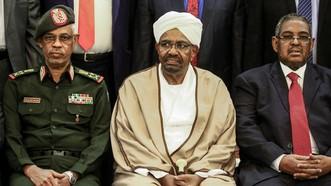Ông Omar al-Bashir (giữa) lúc là Tổng thống Sudan và Bộ trưởng Quốc phòng Ahmed Awad Ibnouf (trái) tại lễ tuyên thệ nhậm chức của các thành viên nội các ở thủ đô Khartoum ngày 14-3-2019. Ảnh: AFP/TTXVN