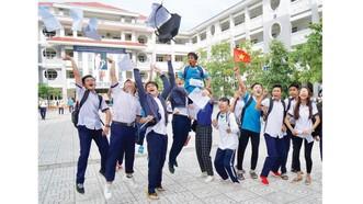 Niềm vui  hoàn thành môn Ngoại ngữ trong kỳ thi THPT 2019 ở điểm thi Trường THPT Lý Thánh Tông, quận 8, TPHCM. Ảnh:  HOÀNG HÙNG