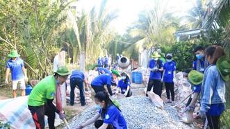 Các chiến sĩ tình nguyện Trường CĐ Sư Phạm Trung Ương TP.HCM và  Kỹ thuật Cao Thắng tại Bến Tre. Ảnh: NGÔ MINH TRƯỜNG