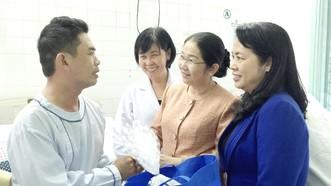 Đồng chí Võ Thị Dung, Phó Bí thư Thành ủy TPHCM,  trong lần đến thăm và tặng quà sau phẫu thuật  cho công nhân được hỗ trợ mổ tim