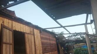 Hà Tĩnh: Bất ngờ xuất hiện mưa kèm lốc xoáy khiến nhiều nhà dân bị tốc mái