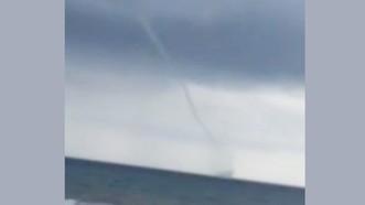 """Hiện tượng """"vòi rồng"""" xuất hiện trên biển. Ảnh cắt từ clip"""