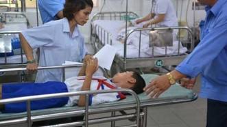Học sinh ở Long An nhập viện sau bữa ăn. Ảnh: VOV