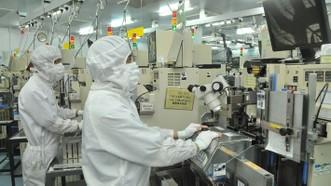 Sản xuất linh kiện bán dẫn tại Công ty MTEX (Nhật Bản)               Ảnh: CAO THĂNG