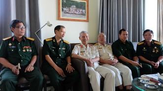 Thiếu tướng Nguyễn Đức Huy (áo trắng, không đeo kính) và đồng đội ôn lại ký ức về một thời Vị Xuyên đỏ lửa.