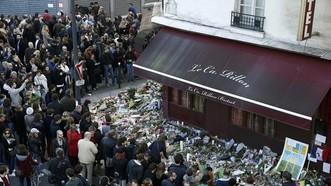 Hàng trăm người tụ tập tại một trong những nhà hàng bị tấn công khủng bố để tưởng nhớ các nạn nhân. Ảnh: REUTERS