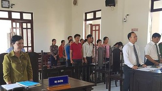 Phiên tòa 12 giáo viên kiện Phòng GD-ĐT huyện Tây Hòa.. Ảnh: PLO