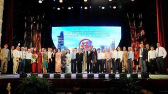 Lãnh đạo TPHCM chúc mừng các cá nhân, tập thể đoạt giải.    Ảnh: MINH AN