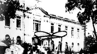 Quần chúng nhân dân Hà Nội đánh chiếm Bắc Bộ phủ, cơ quan đầu não của chính quyền tay sai Pháp ở Bắc bộ ngày 19-8-1945. Ảnh: TL