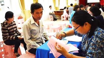 Phụ huynh nộp hồ sơ nhập học lớp 1 cho con năm học 2018-2019 tại Trường Tiểu học Nguyễn Bỉnh Khiêm (quận 1)