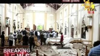 Hình ảnh được chụp lại từ tin đăng tải trên đài truyền hình Hiru TV, cho thấy khung cảnh bên trong nhà thờ sau vụ nổ. Ảnh: AP