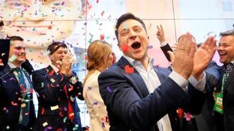 Ứng cử viên tổng thống Ukraine Volodymyr Zelenskiy vui mừng sau thông báo về cuộc thăm dò đầu tiên trong cuộc bầu cử tổng thống tại trụ sở chiến dịch của ông ở Kiev, Ukraine ngày 21-4. Ảnh: REUTERS
