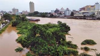 Trận mưa lớn đêm 25, rạng sáng ngày 26-5 đã khiến nước lũ trên sông Ka Long dâng cao. Ảnh: TTXVN