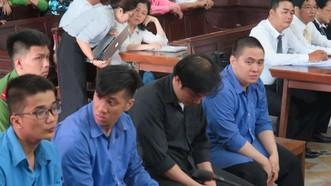 Bị cáo Như (áo đen) cùng đồng phạm tại phiên tòa. Ảnh: THANHUYTPHCM. VN