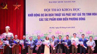 Phó Thủ tướng chúc mừng các thành viên Ban Chủ nhiệm kiêm Hội đồng Biên tập dự án. Ảnh VGP