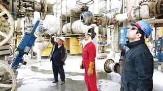 Công nhân làm việc tại nhà máy lọc dầu Tehran, Iran