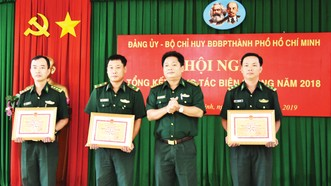 Đại tá Nguyễn Duy Thắng, Chính ủy Bộ đội Biên phòng TP, khen tặng các đơn vị xuất sắc. Ảnh: QUANG HUY