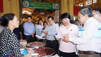 Kiểm tra ATTP tại chợ Bến Thành. Ảnh: HOÀNG HÙNG