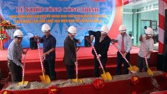Các đại biểu động thổ khởi công công trình. Ảnh: Trịnh Bang Nhiệm/TTXVN