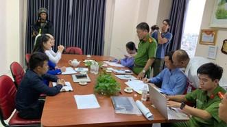 Công an đọc lệnh khám xét công ty và lệnh bắt giữ đối với Nguyễn Thái Luyện - Giám đốc Công ty Cổ phần Địa ốc Alibaba