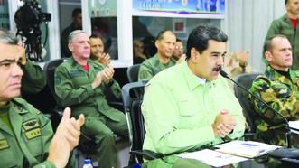 委總統馬杜羅(前中)在與軍方高層的會議上講話。