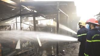 """昨(16)日凌晨4時30分許,位於平定省歸仁市光忠坊阮太學街的""""加油站""""街市發生火警。"""